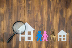 Couplez rechercher une nouvelle grande maison, maison de papier avec la clé Image stock