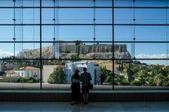 Couplez regarder l'Acropole dans tout le vitrail énorme dans le musée d'Acropole Athènes, Grèce Photo stock