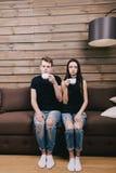 Couplez regarder l'appareil-photo et buvez du café Image libre de droits