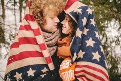 Couplez regarder l'un l'autre sous la couverture de bannière étoilée extérieure Photos stock