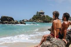 Couplez regarder la mer, parc national de Tayrona, Colom tropical Image libre de droits