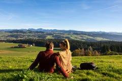 Couplez regarder le beau paysage d'automne de Bavière Allemagne photo libre de droits