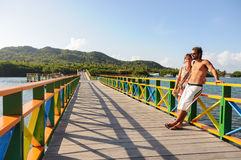 Couplez regarder vers l'océan, au-dessus du pont d'amour l'île de Providencia, la Colombie Photographie stock libre de droits