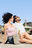 Couplez s'amuser par la mer avec le champagne étincelant des WI Photos libres de droits