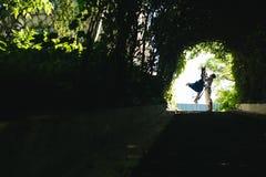 couplez sauter à la fin de tunnel avec des arbres Photos libres de droits
