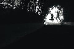 couplez sauter à la fin de tunnel avec des arbres Photo libre de droits