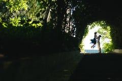 couplez sauter à la fin de tunnel avec des arbres Images stock