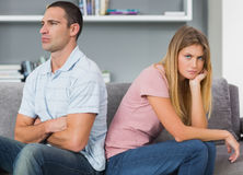 Couplez se reposer de nouveau au dos après un combat sur le divan avec le woma Images stock