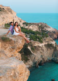 Couplez se reposer et rire sur le sable de la plage au coucher du soleil W Images libres de droits