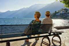 Couplez se reposer sur le banc dans la station de vacances d'Ascona de Tessin Suisse Image stock