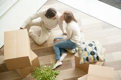 Couplez se reposer sur le plancher avec des boîtes, jour mobile, vue supérieure Image libre de droits