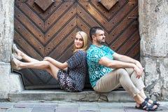 Couplez se reposer sur le trottoir avec des dos entre eux Amour Images libres de droits