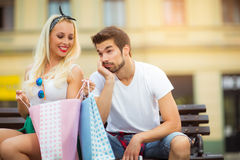 Couplez se reposer sur un banc et tenir des paniers Photographie stock