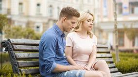 Couplez se sentir maladroit, en se reposant sur le banc dans le silence, crise dans les relations images stock