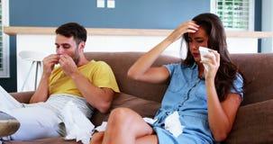 Couplez souffler leur nez dans le tissu dans le salon à la maison banque de vidéos