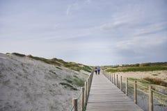 Couplez sur le passage couvert au-dessus des dunes photo stock