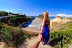 Couplez tenir des mains au canal D'Amour, île de Corfou Photos stock