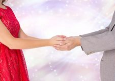 Couplez tenir des mains avec le fond clair de scintillement de bokeh image libre de droits