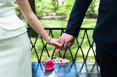 Couplez tenir des mains et la position sur le bord de mer Toget heureux Photos stock