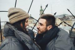 Couplez tenir des mains marchant sur le marché de Noël de ville regardant les FO photo stock