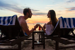Couplez tenir des mains sur la plage d'une île exotique pendant la somme Images stock