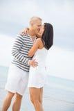Couplez tenir des mains tout en marchant sur la plage Photographie stock libre de droits