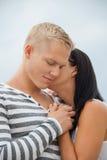 Couplez tenir des mains tout en marchant sur la plage Photos stock