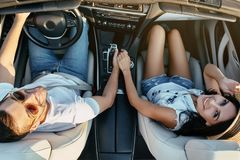 Couplez tenir des mains tout en reposant le cabriolet photos libres de droits