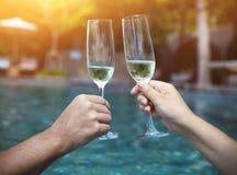 Couplez tenir des verres de champagne faisant un pain grillé Image stock