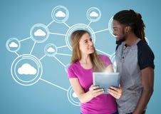 Couplez tenir le comprimé numérique sur le fond digitalement produit image libre de droits