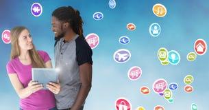 Couplez tenir le comprimé numérique sur le fond digitalement produit images libres de droits