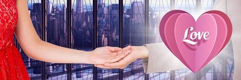 Couplez tenir les mains et le coeur d'amour par la fenêtre de bureau Photo stock