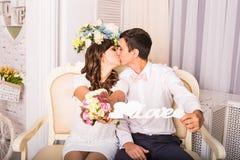 Couplez tenir un signe avec l'amour de mot Photo libre de droits