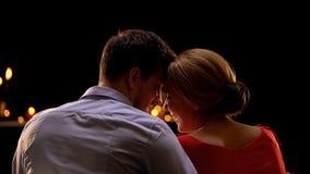Couplez toucher des fronts la date romantique, célébrant le jour de valentines, amour photo libre de droits