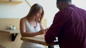 Couplez utilisant leurs smartphones une date banque de vidéos