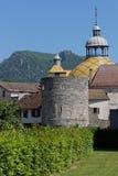Coupole d'hôtel de ville et vieille tour dans des les Bains de Salins Images stock