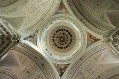 Coupole intérieure d'église de bas en haut dans la symétrie image stock