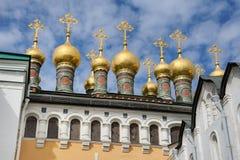 Coupoles dorées des églises de palais de Terem contre le beau ciel images stock