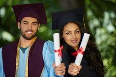 Coupple av studentavläggande av examendagen Arkivfoton
