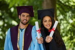 Coupple del día de graduación de los estudiantes Imágenes de archivo libres de regalías
