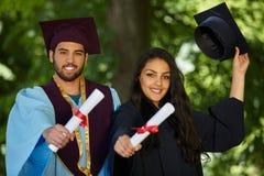 Coupple del día de graduación de los estudiantes Fotografía de archivo libre de regalías