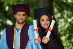 Coupple del giorno di laurea degli studenti Immagini Stock Libere da Diritti