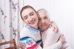 Coups de main, concept de soin aux personnes âgées Aîné et travailleur social tenant des mains à la maison images stock