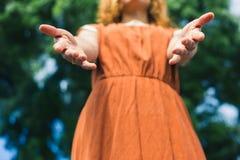 Coups de main de offre de jeune femme photos libres de droits