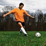 Coups de pied de footballeur Photographie stock libre de droits