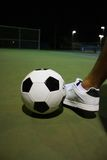 Coups de pied de la bille de football photographie stock