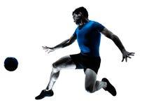 Coups de pied de vol de joueur de football du football d'homme Photographie stock libre de droits