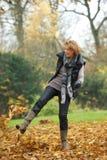 Coups de pied des lames de jaune en automne Photo stock