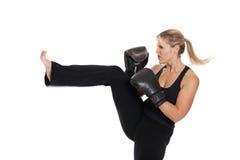 Coups de pied femelles de kickboxer Image stock