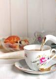 Coupure à cinq heures avec les croissants et le thé Image stock
